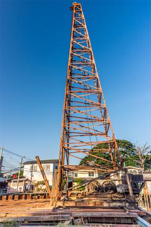 poleas: dispositivo conductor de pila tradicional con la gr�a en el sitio de construcci�n en Tailandia. La m�quina se utiliza para conducir las pilas en el suelo para proporcionar la base. Foto de archivo