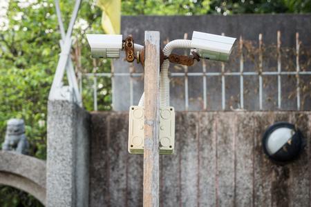 木の棒に屋外の防犯カメラ。彼らは家の前に設置。