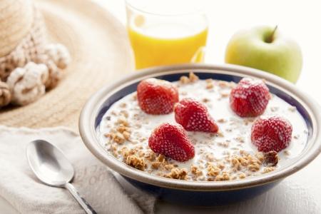 Gezond ontbijt met muesli en fruit Stockfoto