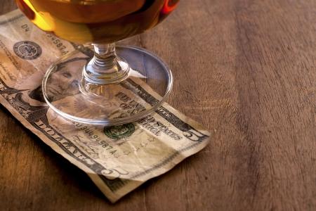 Tip Geld op de houten toonbank
