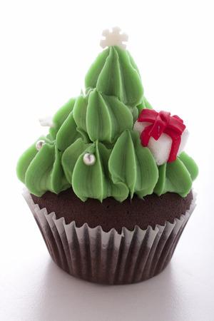 kerstboom cupcake decoreren met gift box op een witte achtergrond