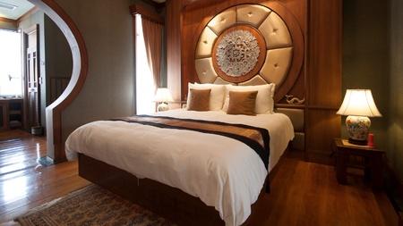 interior: Oriental luxury hotel room
