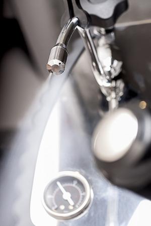 Hete stoom uit de espresso machine om melk, totdat gezwollen Stockfoto