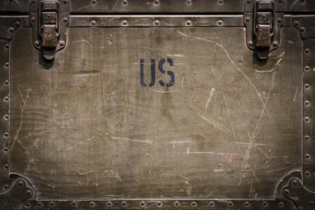 Green grunge militaire kist achtergrond met klinknagels