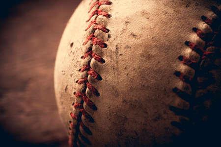 guante de beisbol: Viejo béisbol en el fondo de madera y muy de cerca
