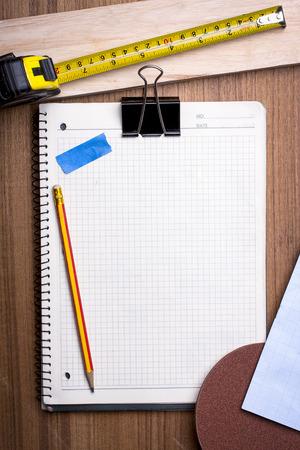 Blanco notebook en elementen van het leren houtbewerking. Stockfoto
