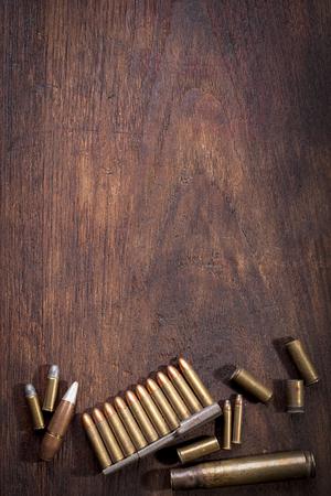 Oude Bullet op houten tafel met een kopie ruimte.