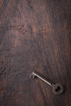 Uitstekende sleutel eenvoudig ontwerp op een houten tafel met een kopie ruimte. Stockfoto