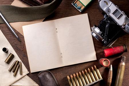 Open journal boek en vintage spullen element van de oorlog journalist