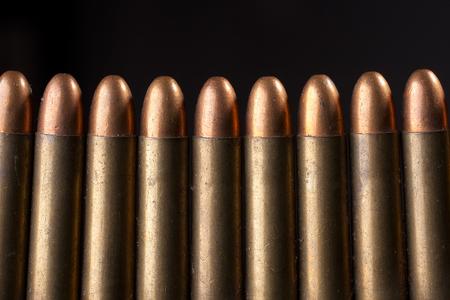Close-up, Rijen van oude munitie op de zwarte achtergrond. Stockfoto