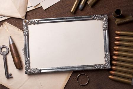 Uitstekend frame op houten tafel en element van de oorlog.
