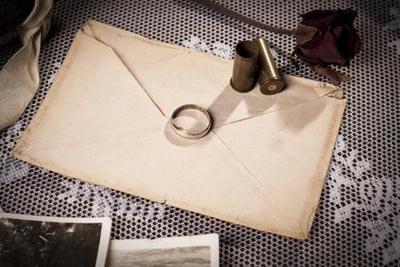 Concept van het verlies van een liefde met vintage envelop en trouwring. Stockfoto