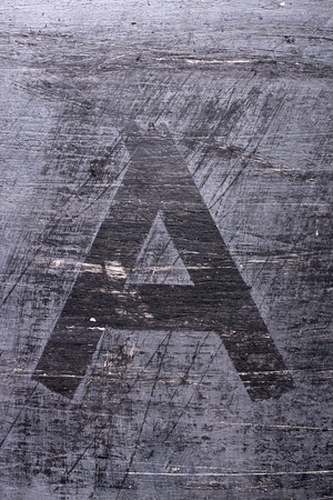 Zwarte grunge alfabet plakband effect.Letter A