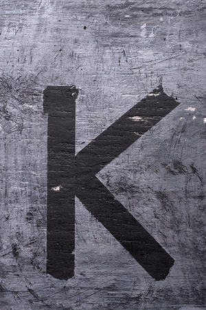 Zwarte grunge alfabet plakband effect.Letter K Stockfoto