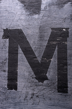 Zwarte grunge alfabet plakband effect.Letter M