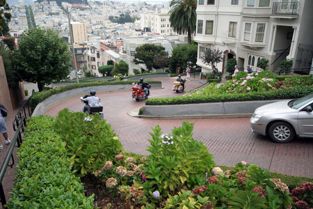 standstill: San Francisco,USA-september 29,2008:Lombard Street is an east-west street in San Francisco, California. The street is known as the most crooked street in the world