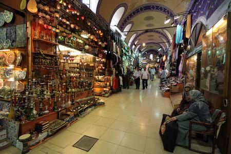Istanbul, Turkije-augustus 23,2006: De Kapal ?? ar ??, of de overdekte bazaar is een van de beroemdste markten van Istanbul.