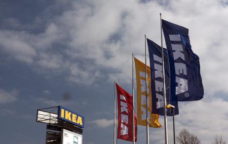 retail chain: Amsterdam, Paesi Bassi - marzo 13,2015: Ikea in Amsterdam, Bandiere e tabellone per le affissioni. Ikea � una catena di negozi che vende mobili Editoriali