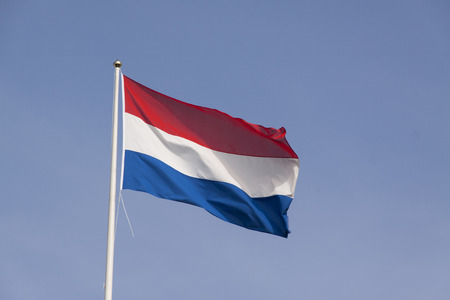 Den Haag, Nederland-april 7, 2015: Nederlandse vlag in de wind