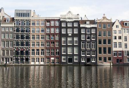 Amsterdam netherlandsmay 8 2015: Mening bij het Rokin gracht in Amsterdam Nederland Redactioneel