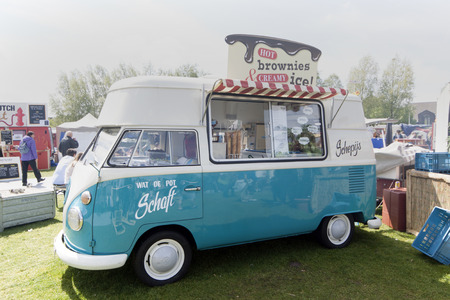 Amsterdamnetherlandsmay 17 2015: Volkswagen T1 ghiaccio camion crema al festival cucina rotolamento