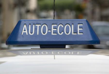 Avignon, Frankrijk-3 juli 2015: Teken van een Franse rijschool op de top van een auto in Avignon