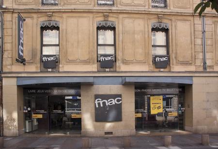 retail chain: Avignone, Francia-20 GIUGNO 2015: Fnac � ??una catena di vendita al dettaglio con una vasta scelta di libri, CD e software, nonch� una selezione di prodotti tecnici di marca in una vasta gamma di prezzi