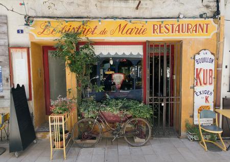 Parijs, Frankrijk-26 juni 2015: Franse bistro restaurant in Parijs Frankrijk