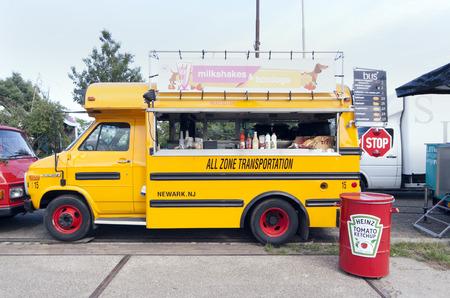 camión: Amsterdam, Países Bajos, 31 de julio 2015: autobús escolar americano en uso como un camión de comida