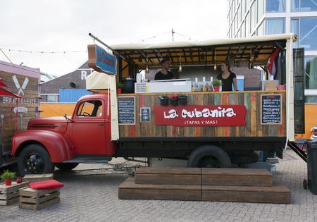 Amsterdam, Nederland-31 juli 2015: Food vrachtwagen verkopen tapas in Amsterdam Redactioneel