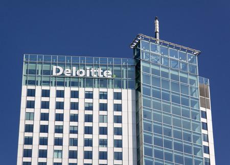 Rotterdam, Nederland-13 augustus 2015: Deloitte kantoor in Rotteerdam Deloitte doet Tax Accounting, Consultanc en financieel advies Redactioneel
