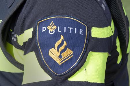 Amsterdam, Nederland-20 augustus 2015: batch op het uniform van een Nederlandse politieman in het steets van Amsterdam