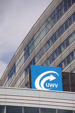 Amsterdam, Nederland-20 augustus 2015: teken van het arbeidsbureau UWV. registratie en hulp aan werkzoekenden in Amsterdam Stockfoto - 44268305