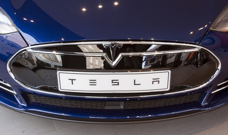 Amsterdam, Nederland-25 oktober 2015: Tesla auto in een showroom in Amsterdam Stockfoto - 47387338