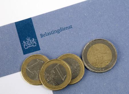die Hague, Niederlande 11. März 2016: holländische blaue Steuerumschlag des Finanzamts mit Euro-Münzen
