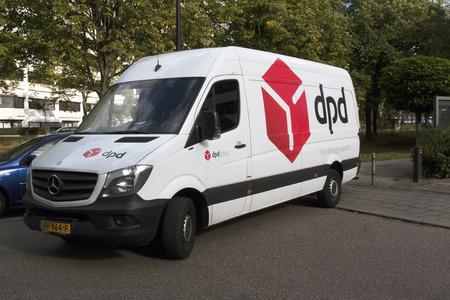 Amsterdam, Nederland-3 oktober 2016: DPD vrachtwagen in de straat in Amsterdam Redactioneel