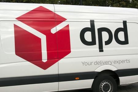 Amsterdam, Nederland-3 oktober 2016: DPD vrachtwagen in Amsterdam Redactioneel
