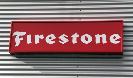 Amsterdam, Nederland-3 oktober 2016: brieven firestone op de muur van een garage auto