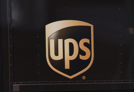 Amsterdam, Nederland-3 oktober 2016: UPS zingen op een vrachtwagen in Amsterdam