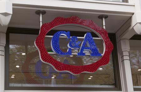 Amsterdam, Nederland-12 november 2016: letters C & A op een retailstore in Amsterdam