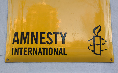 Amsterdam, Nederland-december 4, 2016: Amnesty internationale teken op een muur in amsterdam