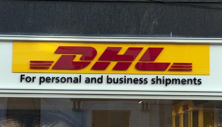 Amsterdam, Nederland-27 december 2016: DHL voor personeel en zakelijke zendingen op een muur in amsterdam