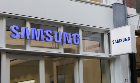 Amsterdam, Netherlands-januari 19, 2017: Letters samsung on a shop in Amsterdam Editoriali