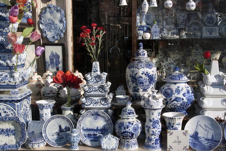 Amsterdam, Nederland-januari 22, 2017: Winkel met Delft Pottery in amsterdam