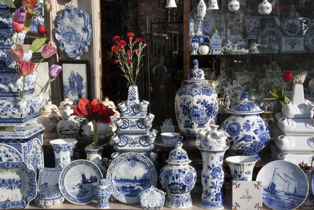 Amsterdam, Netherlands-januari 22, 2017: Shop with Delft Pottery in amsterdam Editoriali