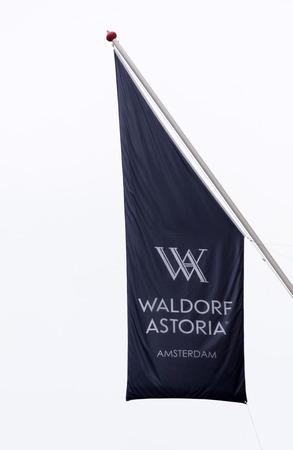 Amsterdam, Nederland-februari 6, 2017: Vlag van het Waldorf Astoria Hotel in Amsterdam Redactioneel