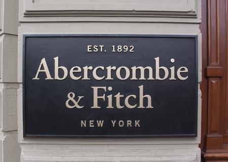 Amsterdam, Nederland-6 februari 2017: Letters abercrombie and fitch op een winkelfacade