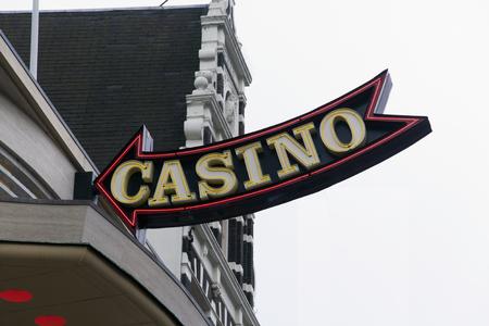 Amsterdam, Nederland-februari 6, 2017: brieven casino op een gevel in amsterdam
