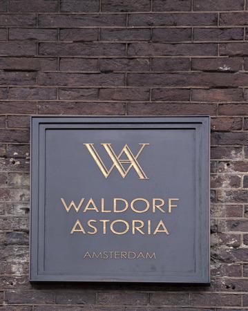 Vlag van het Waldorf Astoria Hotel in amsterdam: brieven Waldorf Astoria op een gevel in amsterdam