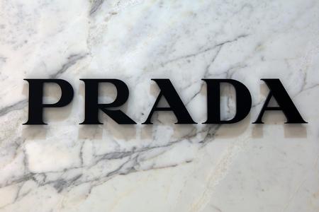Amsterdam, Nederland-19 februari 2017: Brieven Prada op een marmeren muur